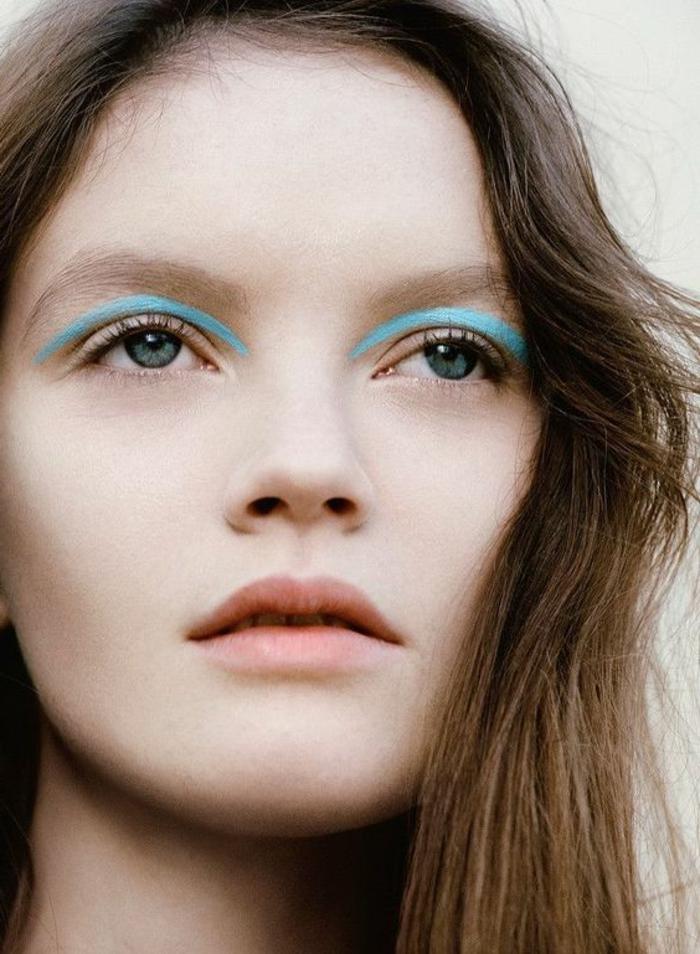 apprendre a se maquiller en bleu pastel maquillage yeux verts avec des lèvres naturelles et des sourcils épais