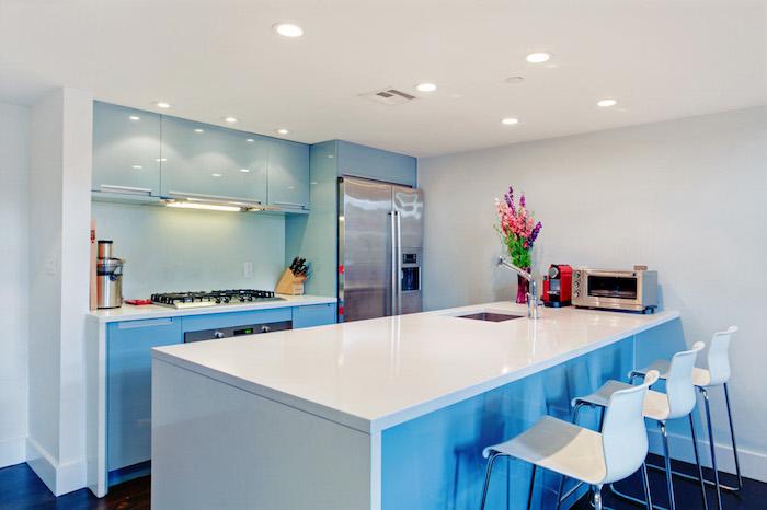 agencement cuisine, cuisine avec ilot central en blanc et chaises de bar blanches avec pieds métalliques