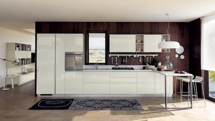 idee deco cuisine, carrelage de sol en beige et marron, petit comptoir blanc avec chaises