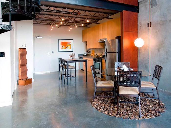 idee deco cuisine, plafond blanc avec déco industrielle à design tuyaux apparents et petites ampoules décoratives