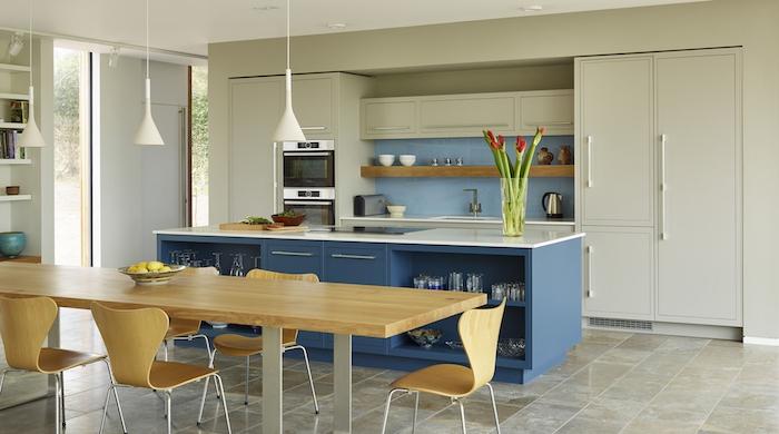 meuble bas cuisine, carrelage de sol en beige et marbre, meubles de cuisine en bois blanc avec crédence en bleu clair