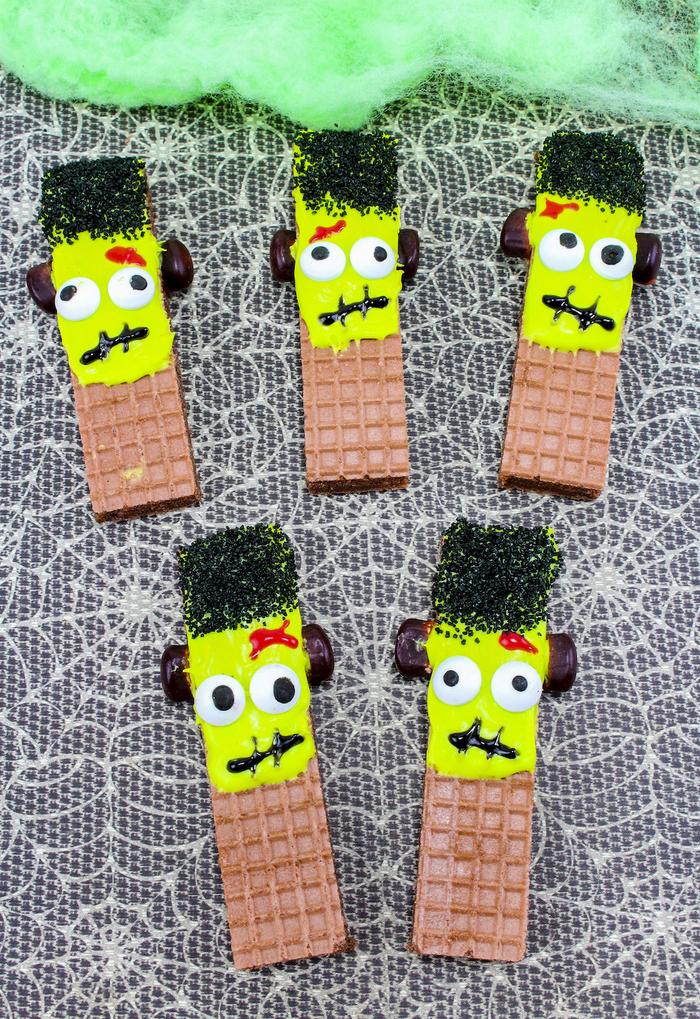 de petits biscuits gaufrettes décoré façon frankenstein, idée originale pour un buffet apero halloween
