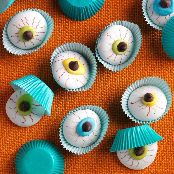 des cookies façon globes oculaires servis dans des caissettes cup cakes, comment organiser un apero halloween gourmand