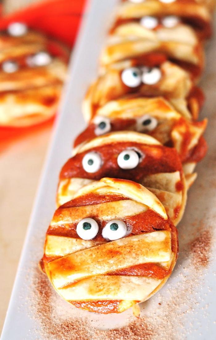 idée pour un apéritif halloween bon prix, recette de biscuits à la cannelle façon momies