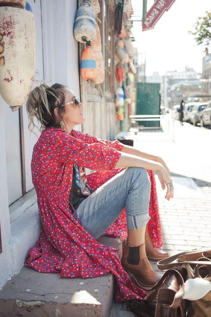 style vestimentaire femme, coiffure cheveux longs racines foncés en chignon haut décontracté, bagues métalliques femme