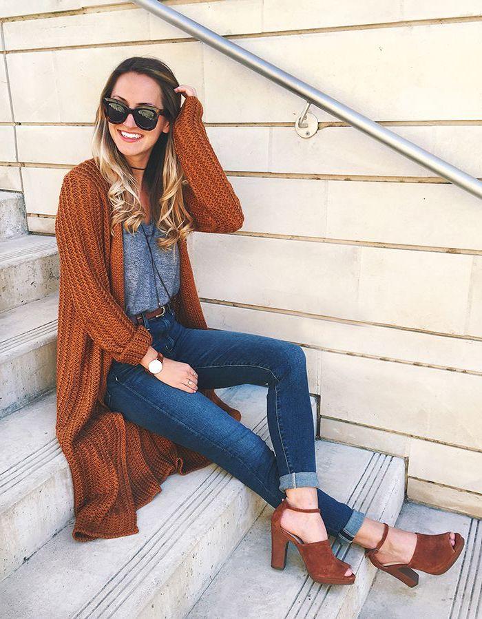 vetement femme, gilet long en crochet marron avec chaussures en velours à bout ouvert, balayage cheveux longs et bouclés