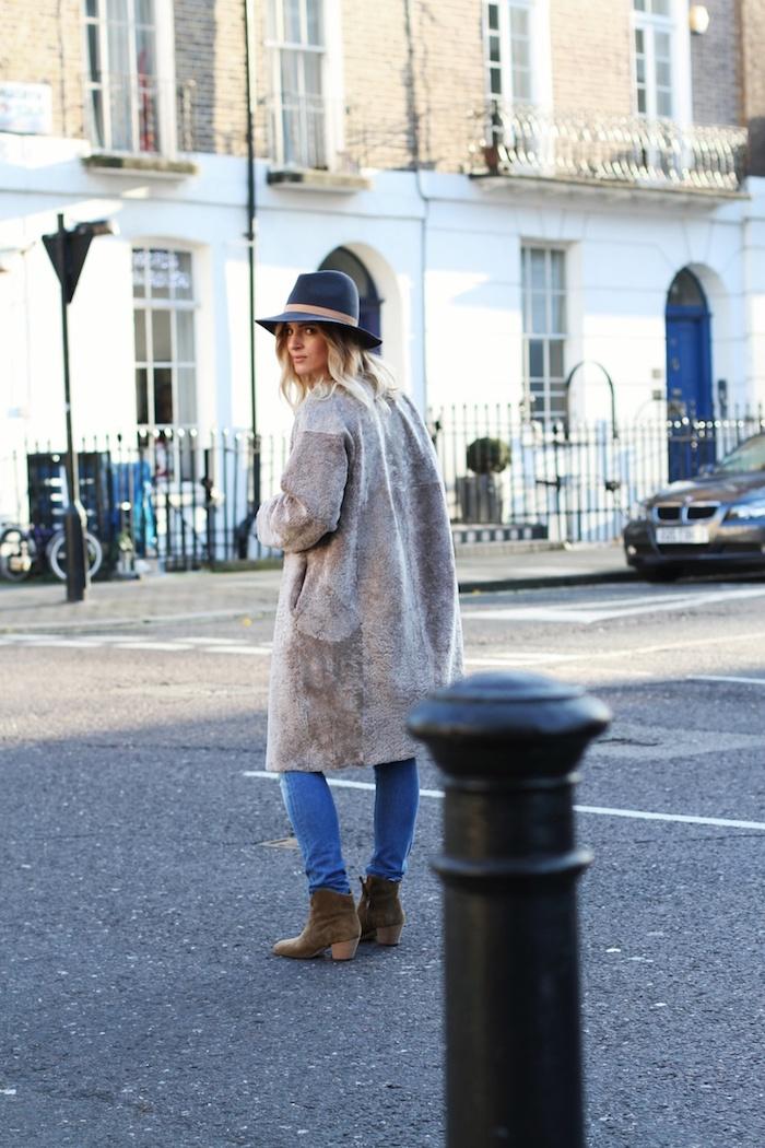 comment bien s habiller, paire de jeans slim avec manteau loose en gris et bottines en velours marron