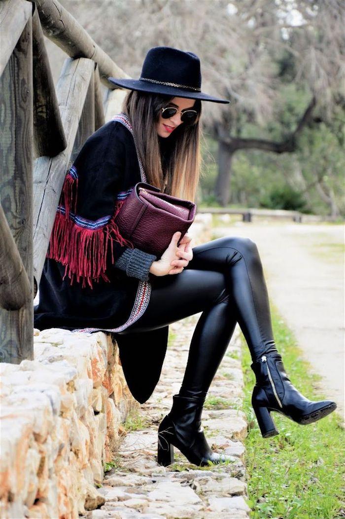 comment bien s habiller, pantalon en cuir noir slim avec manteau noir, balayage cheveux longs raids avec capeline bleu foncé