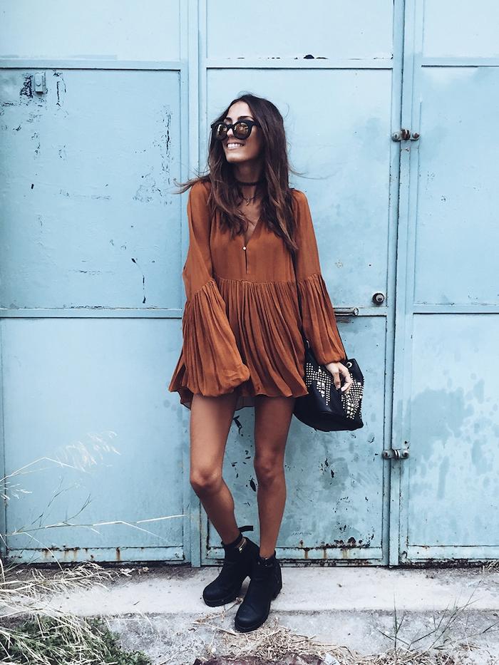 tendance chaussure noires à talons, tunique marron avec manches larges et sac à main noir avec studs