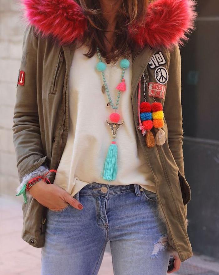 style vestimentaire femme, paire de jeans avec manteau khaki et colle en faux fur rose, collier diy avec pompons rose et turquoise