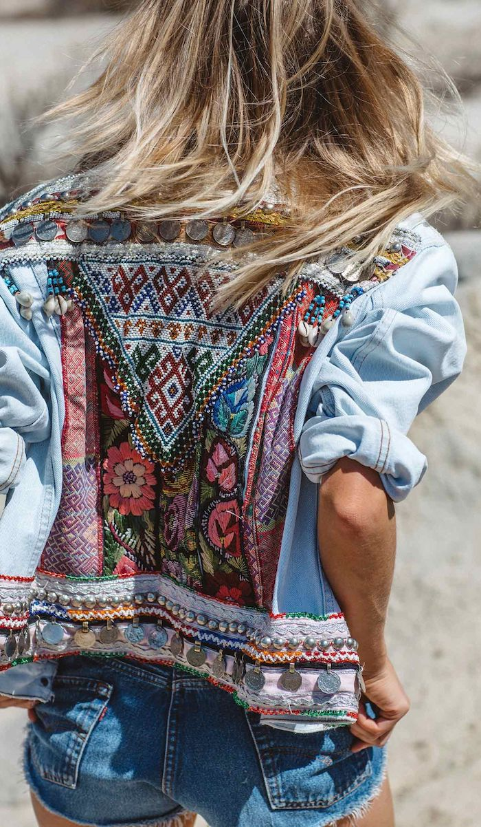 vetement boheme, veste en denim avec dos à motifs ethniques multicolore, coiffure cheveux longs raids coloration balayage