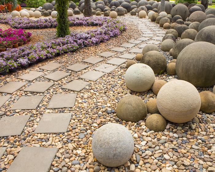decoration exterieur, technique de jardinage avec cailloux et pierres, sentier de fleurs violettes