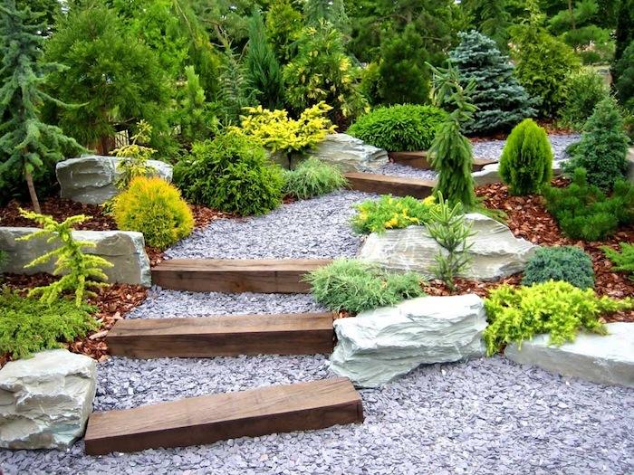 idee jardin, inspiration nature sauvage dans la cour, petit sentier en bois et galets