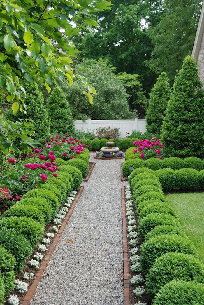idee deco jardin, sentier de cailloux dans un jardin en longueur, petite fontaine au centre du jardin zen