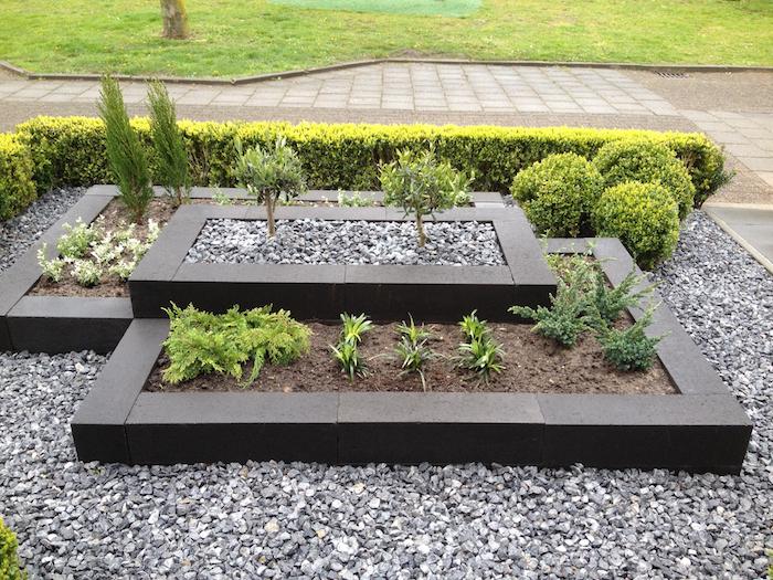 jardin mineral, idée comment décorer espace extérieur avec plantes vertes et cailloux