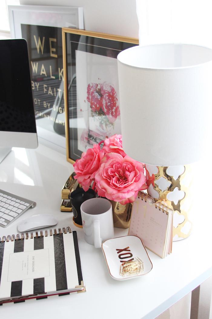 meuble bureau, lampe de bureau projet diy en blanc avec déco dorée, cadre photo noir avec image inspirante en blanc noir et rouge