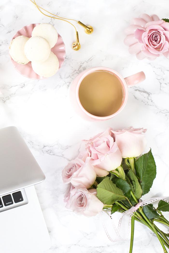 amenagement bureau, décoration espace de travail en blanc et rose pastel, tasse de café et petite assiette en rose pastel
