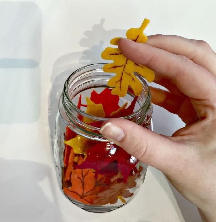 idée de décoration originale d une lampe de chevet à base de bocal le parfait rempli de feuilles décoratives