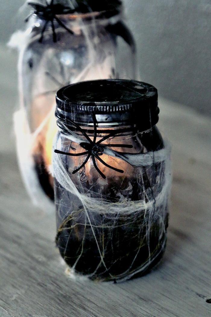idée créative pour un bricolage halloween avec des bocaux le parfait en verre illuminés par des petites bougies led