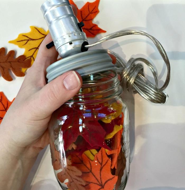 idée originale pour un bricolage d automne avec un bocal le parfait transformé en joli lampe de chevet décorée de feuilles d automne décoratives