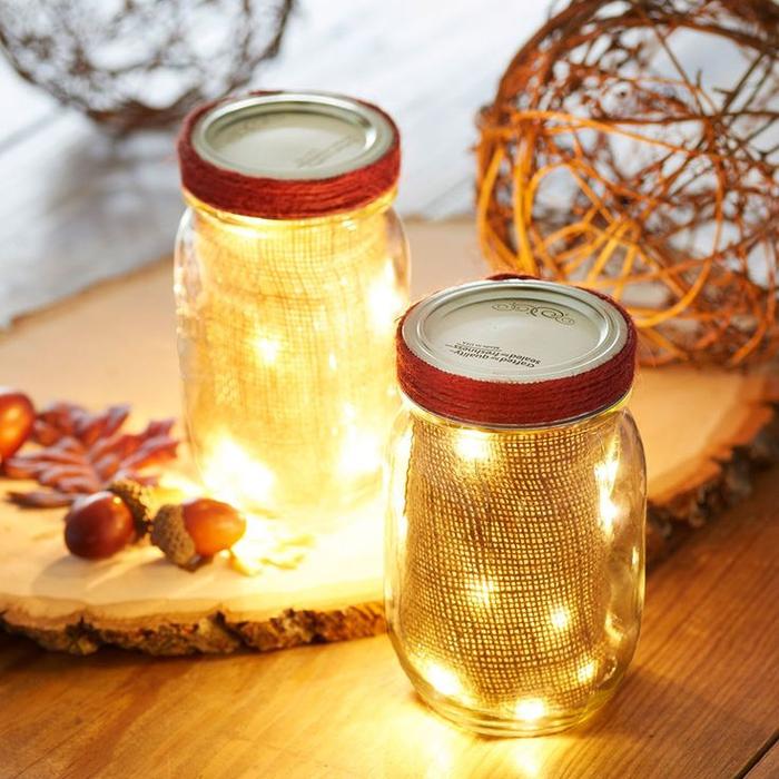 idée original pour un bricolage automne avec bocaux le parfait lumineux habillés en toile de jute