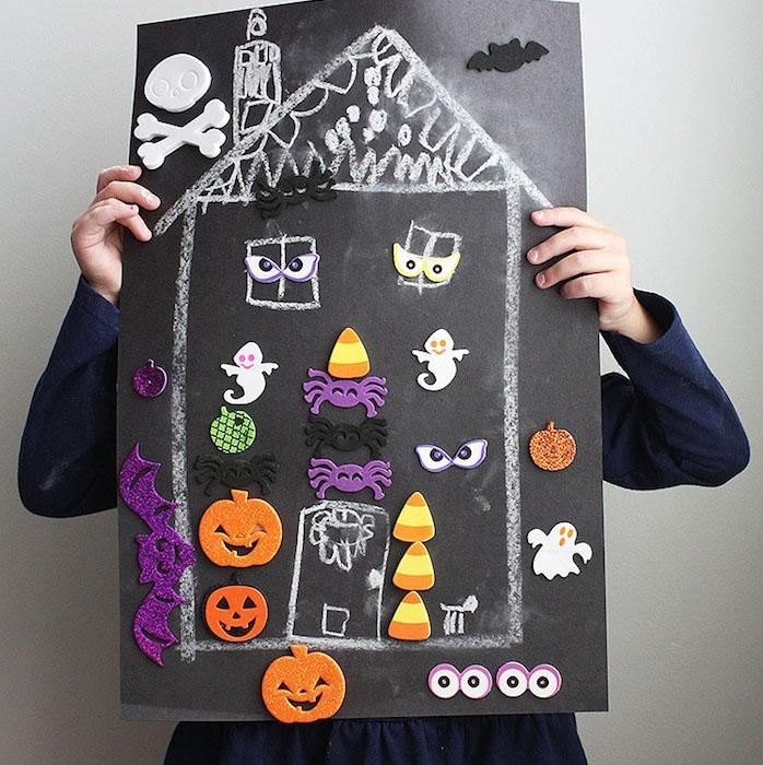 dessin enfant sur une pancarte, peinture ardoise tableau noir, maison hantée avec des stickers et decorations sur le theme halloween