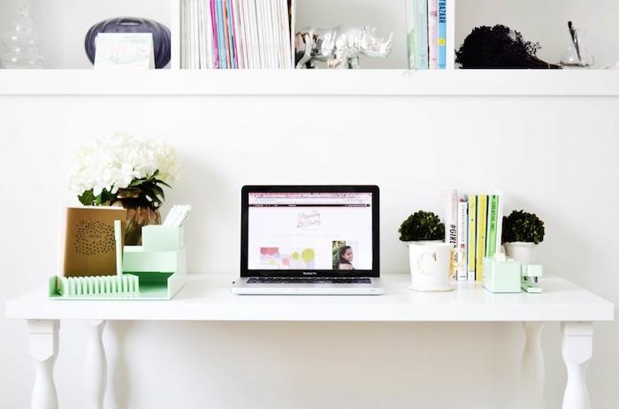 meuble bureau, étagère en bois peinte en blanc pour livres et objets décoratifs, espace de travail avec classeur de bureau vert