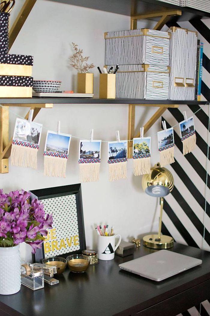 materiel de bureau, décoration de l'espace de travail en noir et or, corde avec photos inspirantes et franges