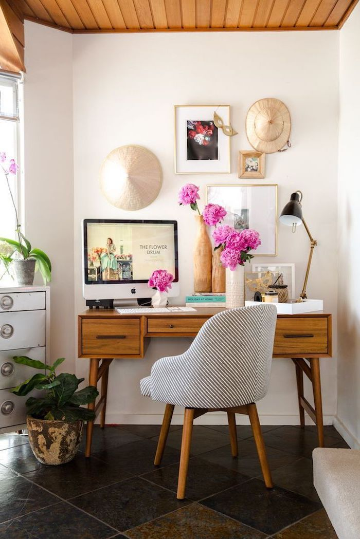 meuble bureau, chambre aux murs blancs et plafond en bois, vase à imitation bois, lampe de bureau noire avec pied doré