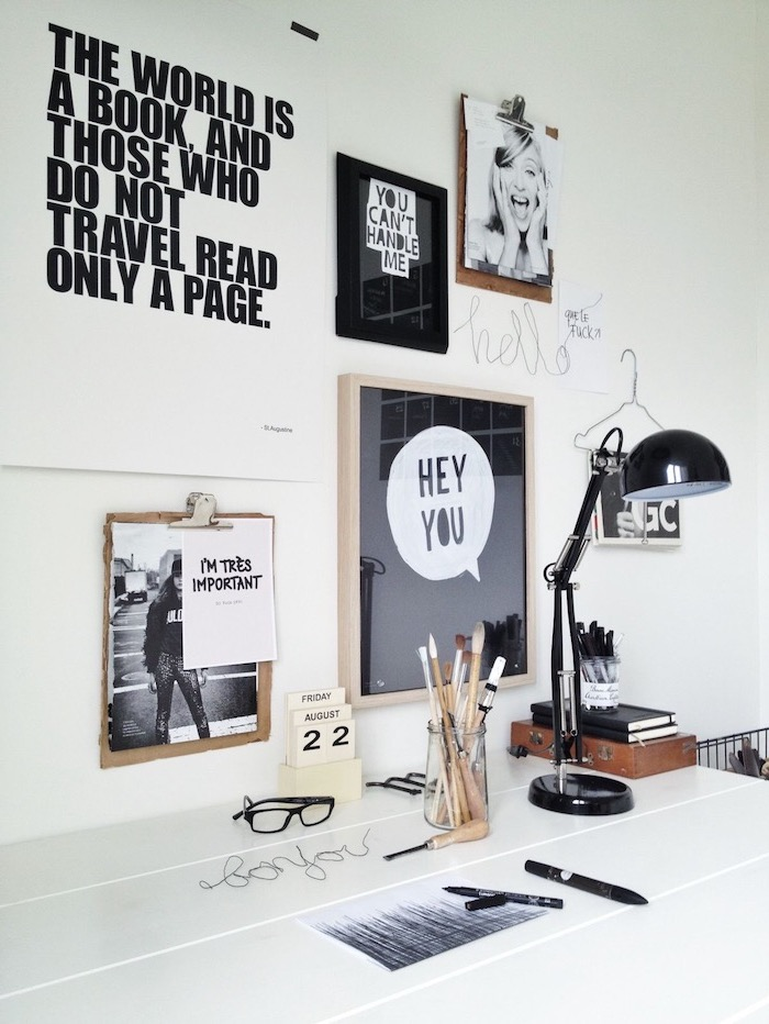 travailler de chez soi, poster noir à lettres blanches avec cadre en bois, lampe de bureau noire, citations inspirantes sur le mur