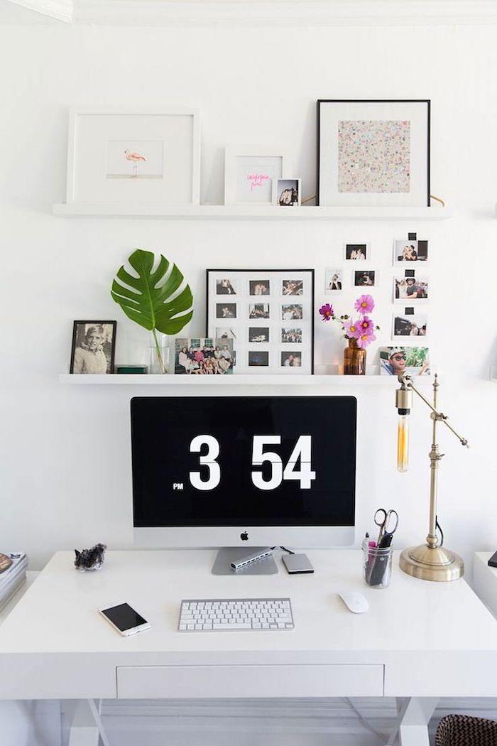 fourniture de bureau, mur avec cadres photos et citations, bureau de travail en blanc avec accessoires en or et gris