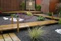 La déco de jardin originale et pratique – parterre de fleurs avec galets ou cailloux et plantes succulentes