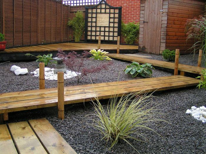 galet decoratif, créer une ambiance zen dans le jardin, clôture de jardin en bois foncé avec ponts en bambou