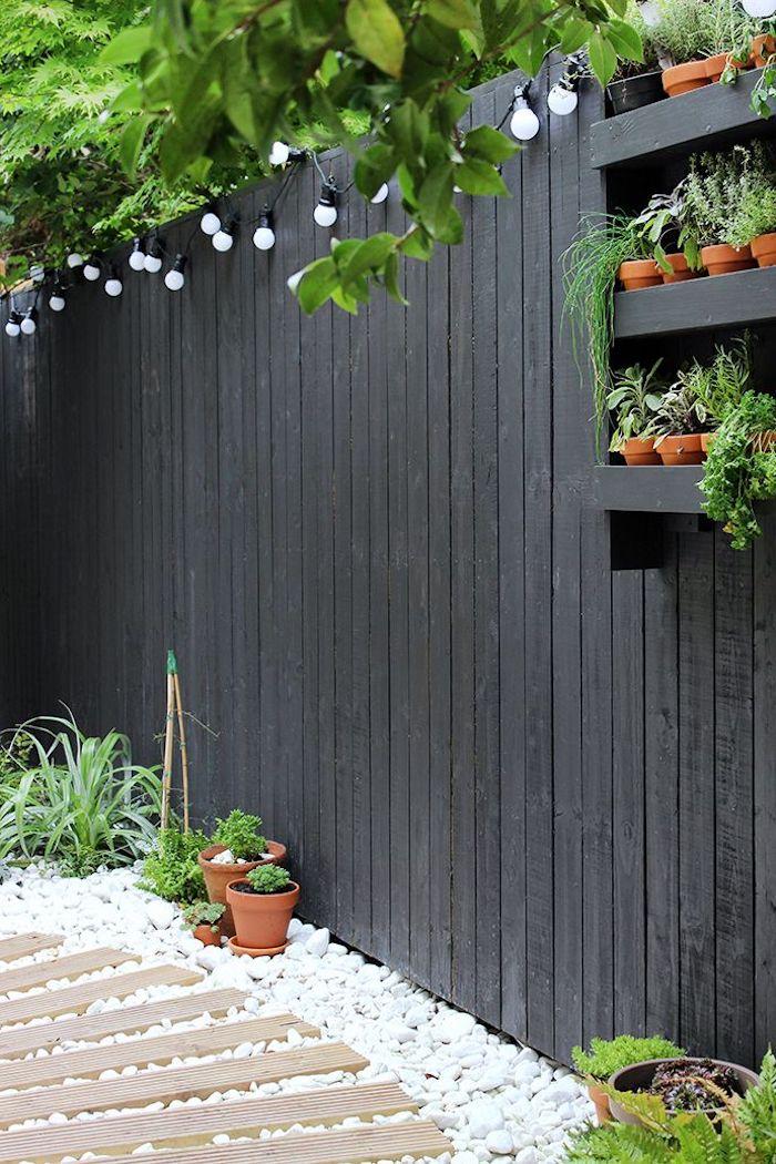 déco de jardin diy, guirlande lumineuse en blanc et noir diy, étagère pour fleurs en bois peinte en noire