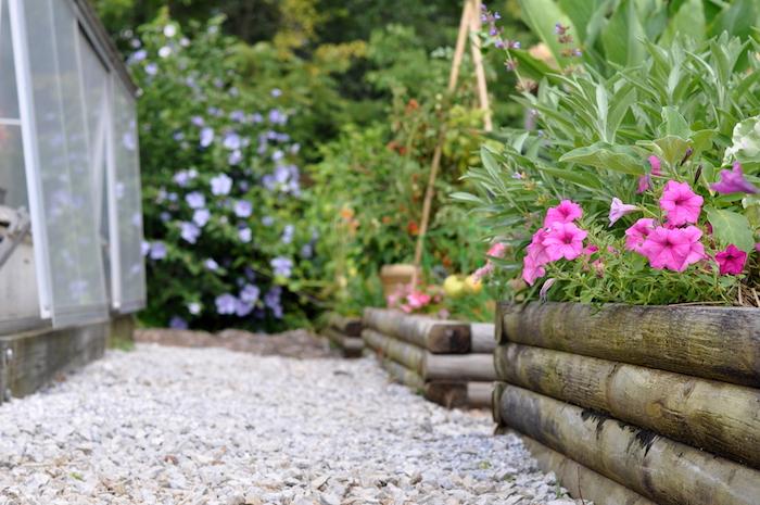 galet decoratif, idée comment décorer son jardin, intégrer cailloux et galets dans la déco extérieure