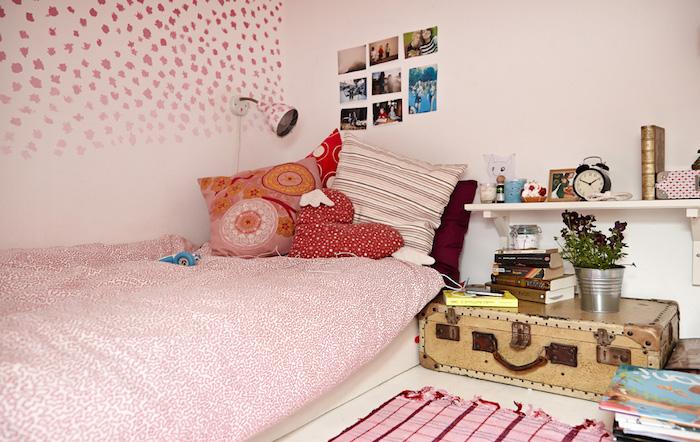 deco interieur, coussin rose avec dessin mandala orange et blanc, coussin forme coeur rouge à points blancs
