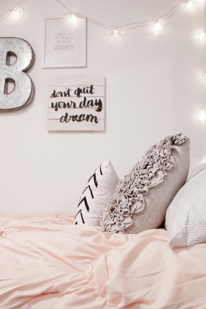 déco chambre ado fille, ambiance cozy avec guirlande lumineuse et coussins décoratifs en gris et blanc
