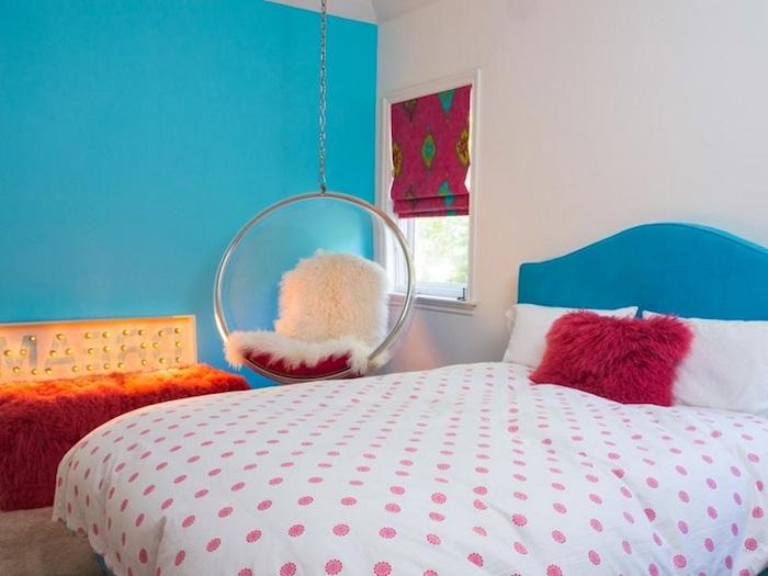 lit ado fille, ambiance cocooning avec une chaise suspendue transparente, panneau lumineux jaune sur mur bleu