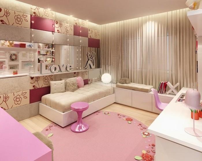 deco interieur, tapis rond rose avec décoration en tissu sous formes florales, canapé blanc et beige avec coussins faux fur