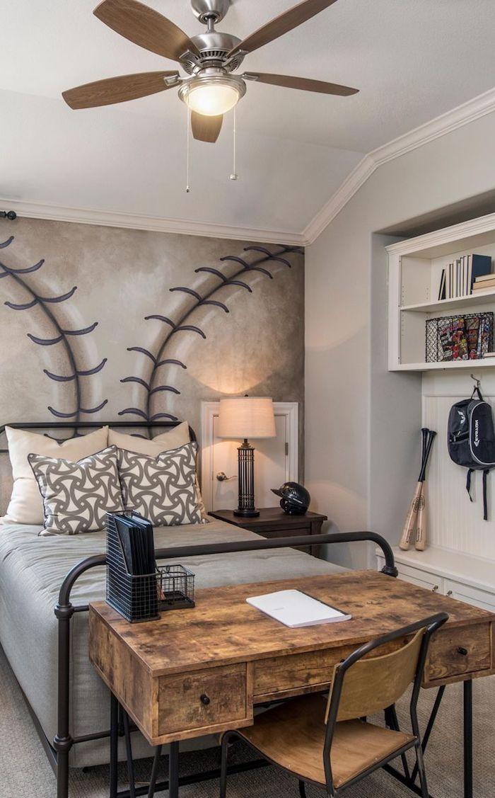 idee deco chambre garcon , papier peint d'inspiration rugby, étagère murale blanche avec livres