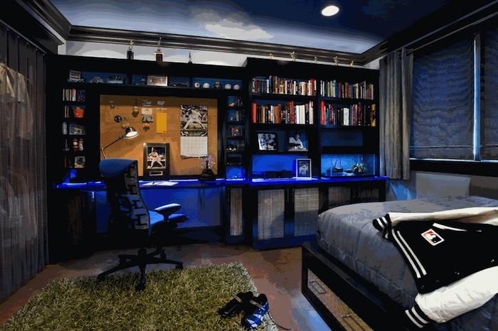 idee deco chambre garcon, bibliothèque moderne en bois peint noir, bureau avec éclairage neon en bleu foncé