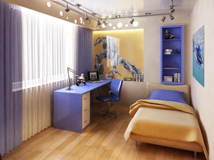 amenagement petite chambre enfant, rideaux longs en blanc et violet, revêtement de sol en bois clair