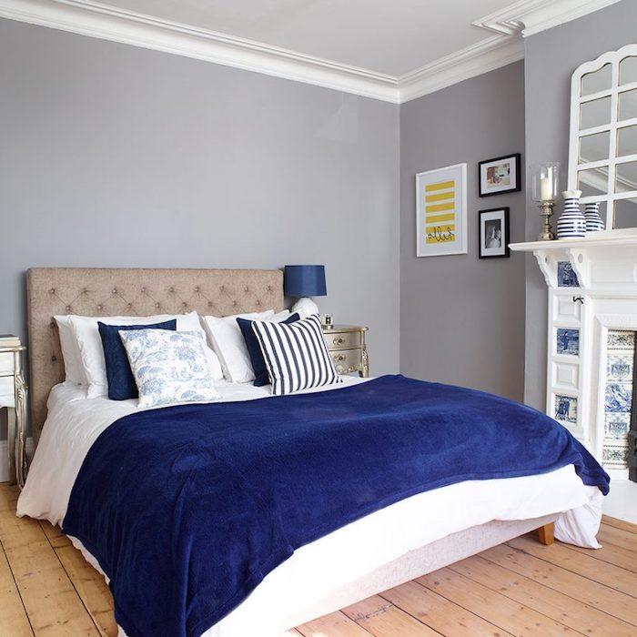 deco chambre parentale, tete de lit grise, linge de lit blanc et bleu marine, parquet bois clair, peinture murale grise, cheminée blanche