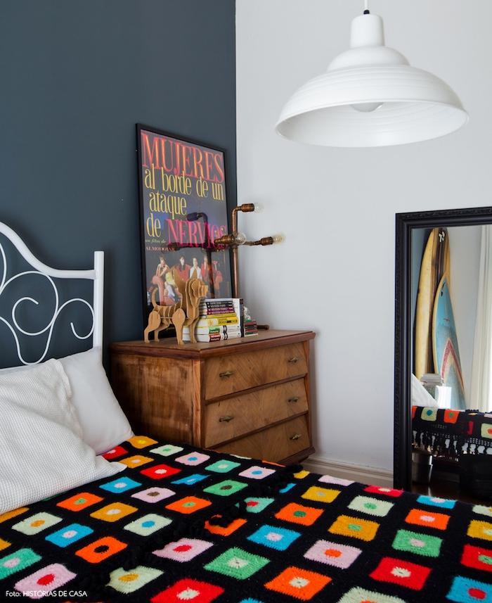 modele de chambre gris et blanc,mur d accent couleur grise, commode bois vintage, miroir rectangulaire, lit blanc metallique avec couverture noire à motifs geometriques colorés