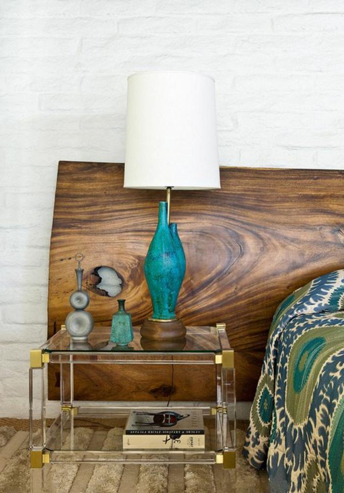 décoration chambre adulte avec tete de lit en bois stylisé et un lampadaire en turquoise et blanc