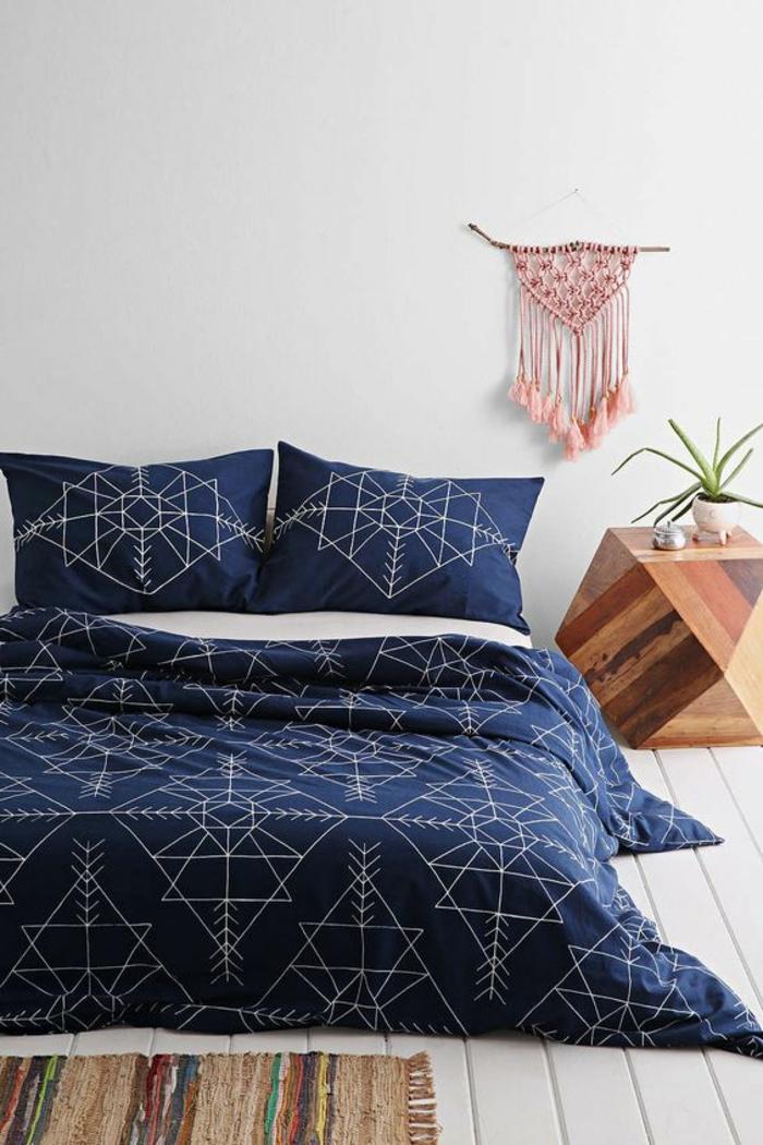 deco de chambre minimaliste avec le bleu comme couleur dominante et couverture et coussins aux motifs graphiques blancs