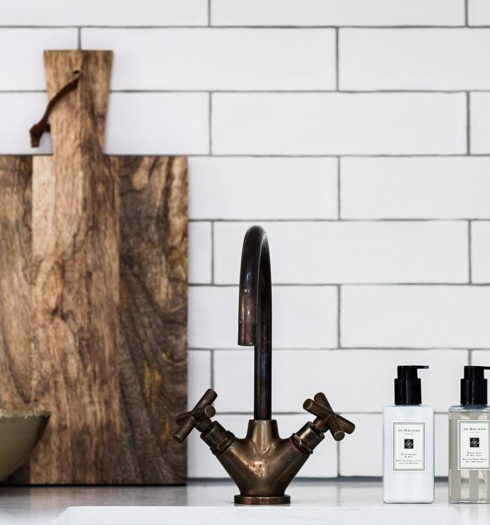 relooker cuisine facilement, amenager une robinetterie vintage, carrelage blanc, planche a découper bois rustique