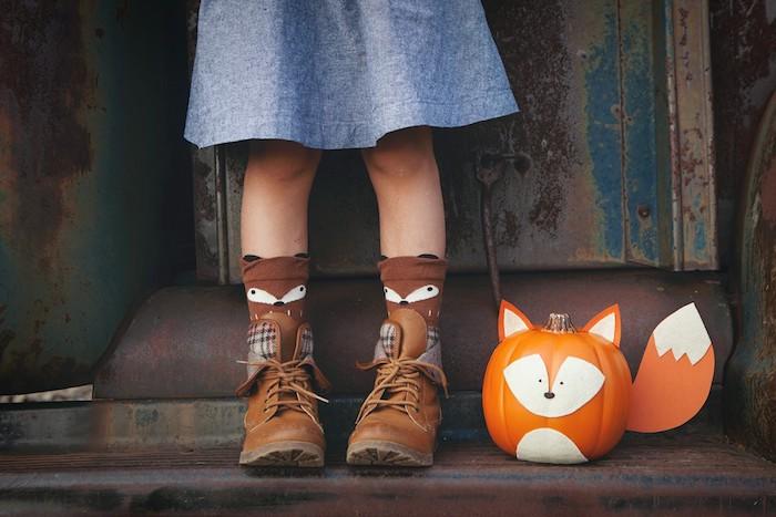 activité halloween avec citrouille et traits de visage en feutrine et papier, idée citrouille renard, bricolage enfant facile