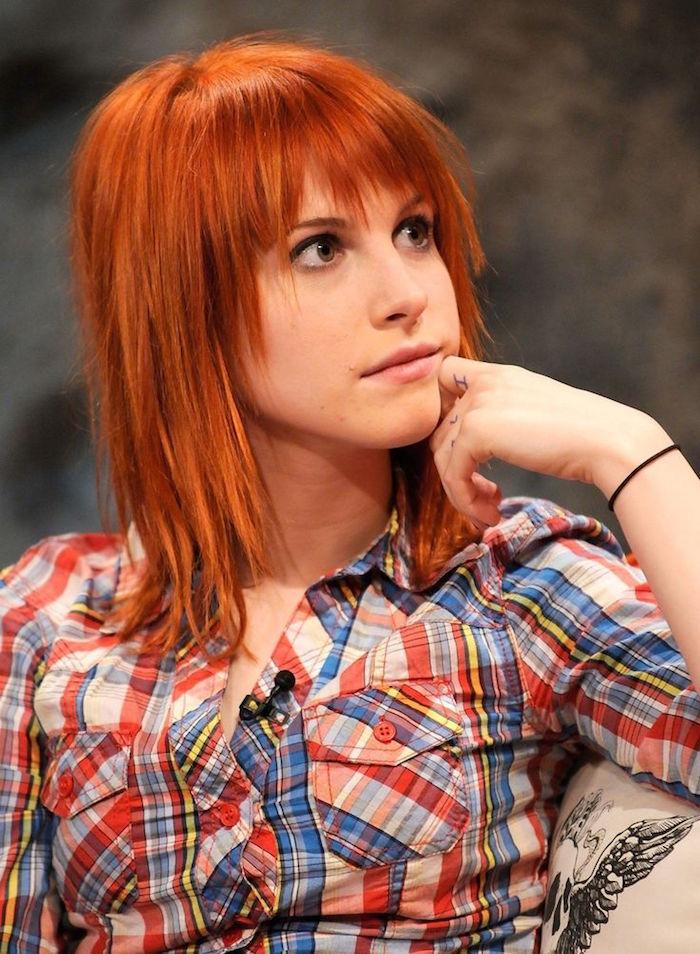 coiffure grunge femme rousse cheveux raides & frange
