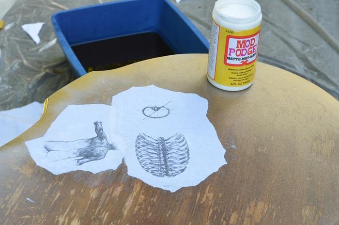 comment restaurer une table en bois avec la technique de collage de dessins au crayon